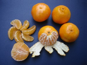 Clementines_whole,_peeled,_half_and_sectioned